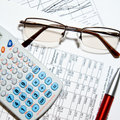 Financieel rapport - calculator, glazen en documenten Stock Afbeeldingen