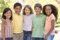 Päť mladý priatelia stojace vonku