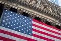 Flaga amerykańska wiesza na przodzie new york stock exchange budować Zdjęcie Stock
