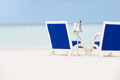 Fles van champagne between chairs on beautiful strand Stock Foto