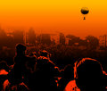 Let výše dav na balón