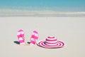 Flip flops e chapéu no sandy beach Fotos de Stock Royalty Free
