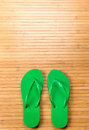 Flip flops vert sur mat with copy space en bambou Photos stock