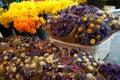 Flores frescas y secas del corte brillante y hermoso con las tonalidades coloridas para la venta en un mercado al aire libre Imagenes de archivo
