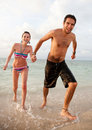 Fonctionnement de couples de plage Photos libres de droits