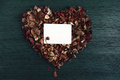Fondo con cuore dai fiori fragranti asciutti e da una fotografia vuota Immagine Stock Libera da Diritti
