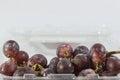 Fondo del blanco de las uvas rojas Fotos de archivo libres de regalías