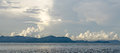 Fondo natural de la foto con las nubes sobre la montaña Foto de archivo libre de regalías