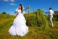 Fornal i panna młoda zbieramy siano na gospodarstwie rolnym Fotografia Royalty Free