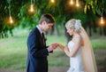 Fornal jest ubranym ringowej panny młodej pod łukiem Fotografia Stock