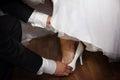 Fornal pomaga jego panny młodej z butem Zdjęcia Stock