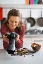 Fotógrafo de sexo femenino de la comida que comprueba las fotos Fotos de archivo libres de regalías
