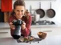 Fotógrafo de sexo femenino de la comida que comprueba las fotos in camera Fotos de archivo libres de regalías