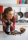 Fotógrafo de sexo femenino en cuestión de la comida que comprueba las fotos Foto de archivo libre de regalías