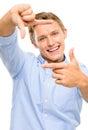 Fotografia de quadro feliz do homem novo usando os dedos isolados no whi Fotografia de Stock Royalty Free