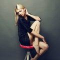 Fotografia piękna blondynki kobieta w czerni sukni Obrazy Stock