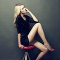 Fotografia piękna blondynki kobieta w czerni sukni Obraz Stock