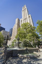 Fountain of the city hall park and woolworth building in new york Stock Photography