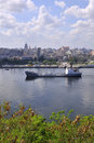 Frachtschiff am Havana-Schacht Stockbild