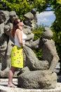 Frau an der Statue. Lizenzfreie Stockfotos