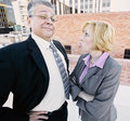 Frau, die heraus ihre Zunge am Mitarbeiter oder am Chef haftet Lizenzfreies Stockbild