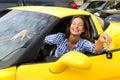 Frau, die Tasten ihres neuen Sportautos zeigt Stockfotos