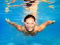 Frau, die underwater im Pool schwimmt Stockbild