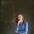 Frau student oder lehrer mit der hand auf dem kinn weihnachtsstechpalmenmenü zum der checkliste zu tun Stockbilder