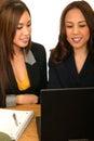 Frauen-Gesch�fts-Team, das Laptop betrachtet Stockbild