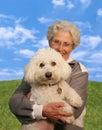 Frauen-Holding-Hund (Fokus auf Hund) Stockfotografie