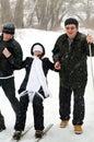 Freundliche Familie im Winter. Stockfotos