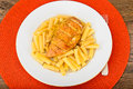 Fried chicken med pasta penne Arkivfoton