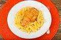 Fried chicken med pasta penne Arkivfoton