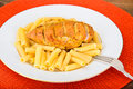 Fried chicken med pasta penne Royaltyfria Bilder