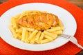 Fried chicken med pasta penne Royaltyfria Bilder
