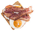 Fried egg sandwich met bacon op wit Stock Foto