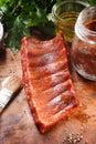 Fried pork rib meat jugoso en la tabla de madera Fotos de archivo