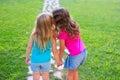 Priatelia sestra dievčatá šepkanie tajomstvo v ucho