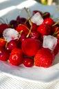 Frische eisige Beeren auf der Platte Lizenzfreie Stockfotografie