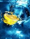 Frische Zitrone im Wasser Stockfotos