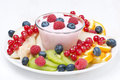 Fruit frais et baies et yaourt aux fruits assortis Photo libre de droits