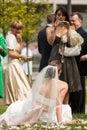 Gäster och familj som tar foto av bruden Royaltyfri Fotografi