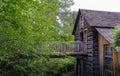 Gammal wood byggnad på den lilla flodbanken Royaltyfri Foto