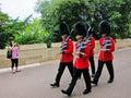 Gardes de reine dans le manteau rouge Image libre de droits