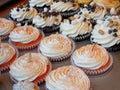 Gastronomische Cupcakes in Bakkerij Stock Afbeeldingen