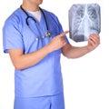 Geïsoleerd arts die met stethoscoop x ray foto s onderzoeken Stock Fotografie