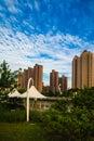 Gebouwen en groenland naast suzhou rivier onder blauwe hemel en witte wolk in shanghai Stock Afbeelding