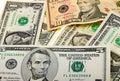 Geldhintergrund von den verschiedenen US-Banknoten Stockbild