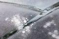 Gelo grosso rachado com sumário redondo das bolhas de ar Imagens de Stock