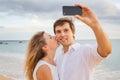 Gelukkig romantisch paar op het strand die foto nemen Stock Foto